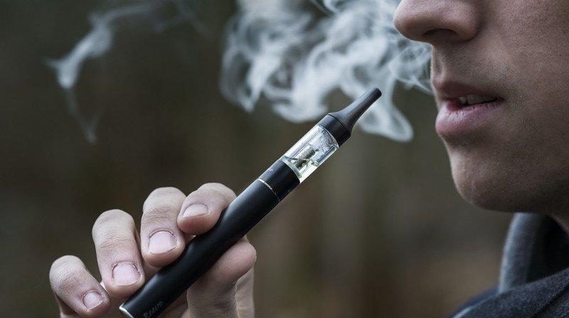 Santé: l'achat d'e-cigarettes va être interdit aux mineurs dans la plupart des points de vente de Suisse