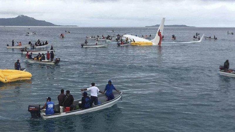 Un avion de ligne plonge dans un lagon du Pacifique, tout le monde s'en sort
