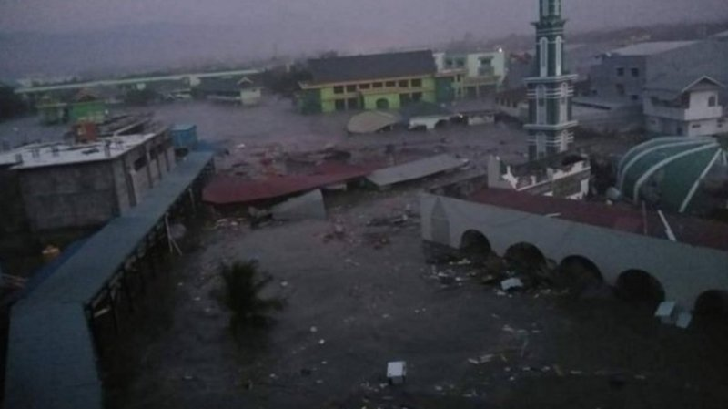 La vague a atteint une hauteur de deux mètres. De nombreux bâtiments ont été détruits.