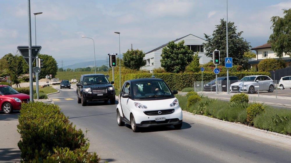 Quelques aménagements routiers ont déjà été réalisés sur le traversée d'Eysins par la route cantonale, mais il faudra encore trouver de la place pour piétons, vélos et autres moyens de mobilité douce.