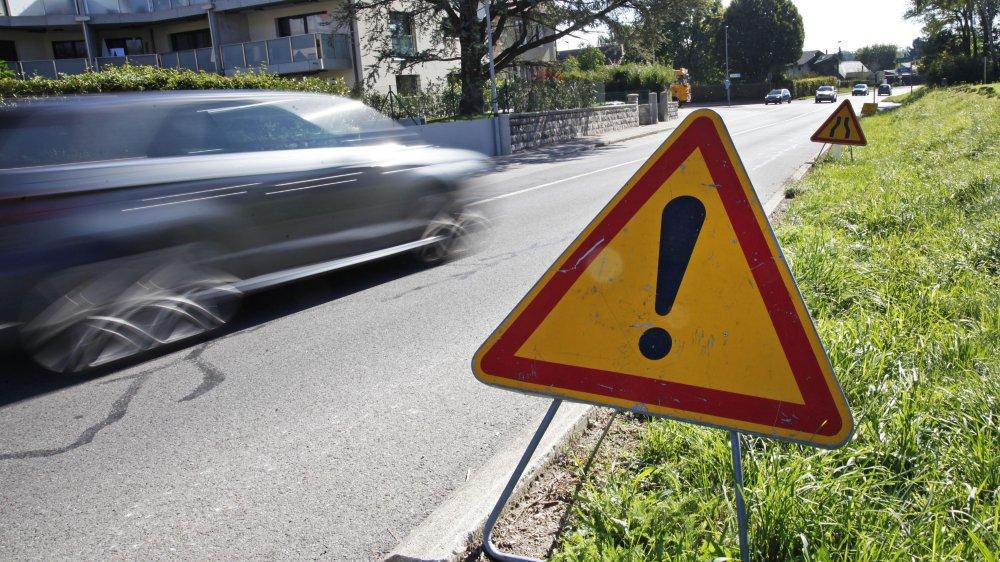 En septembre 2015, l'aménagement finale de la voie verte venant de Divonne avait amené des panneaux français sur sol suisse. Pour le giratoire, c'est sur une portion de territoire français qu'il faudra empiéter.