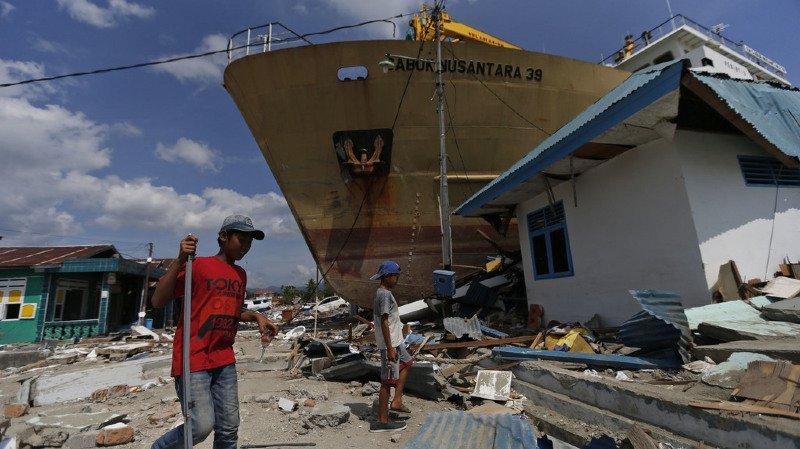 Une semaine après la catastrophe, de nombreuses routes sont encore fermées, les débris laissés par le tsunami sont partout et de nombreux habitants traumatisés préfèrent dormir dehors dans la crainte de nouvelles secousses.