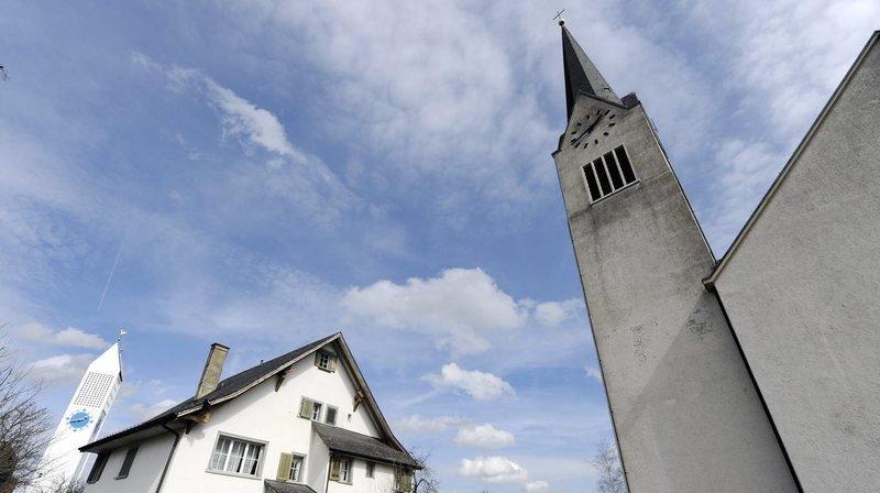 Une passante a découvert le cadavre dans une fontaine sur une place du village située près de l'église.