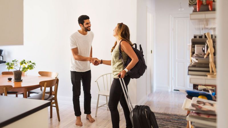Sous-louer son logement sur des plateformes de location de courte durée comme Airbnb implique de respecter certaines règles au risque de voir son bail résilié.