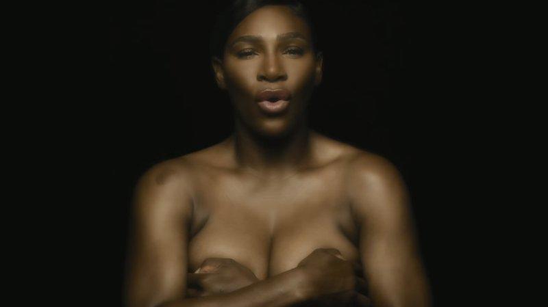 Serena Williams s'engage et chante seins nus contre le cancer