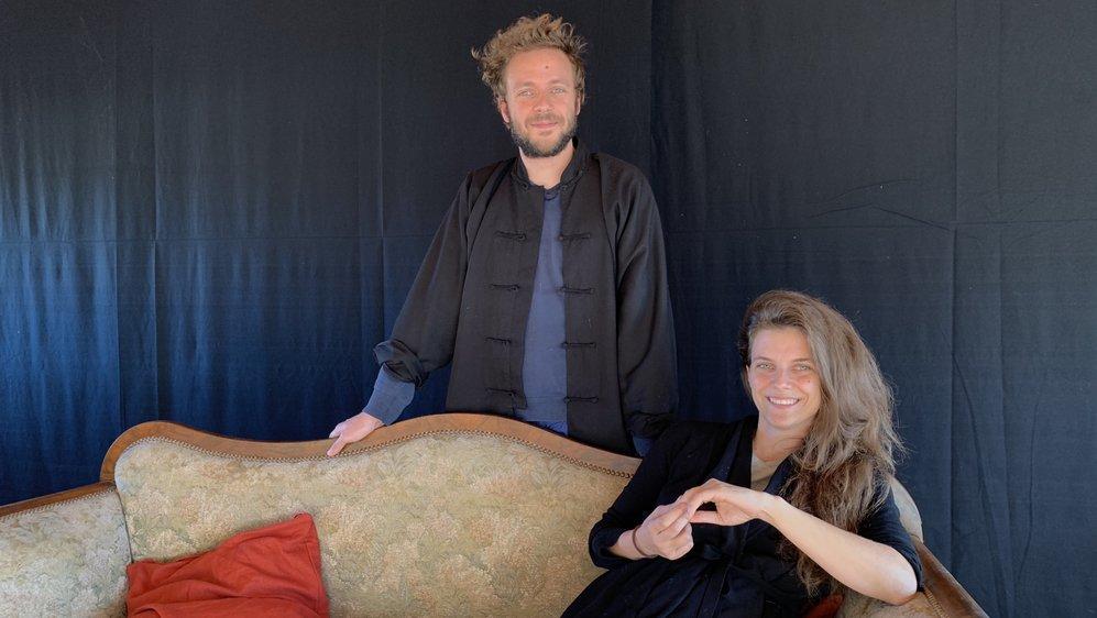 David et Virginie Janelas sont de retour dans leur région natale pour une pièce d'humour noir.