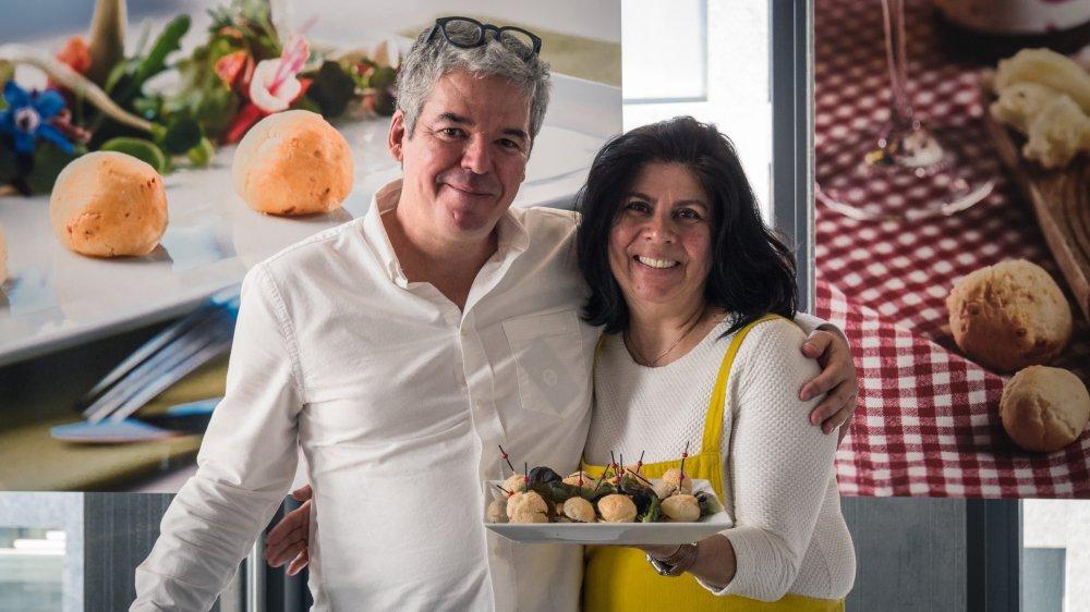 """Alex et Jussara Gusmão sont fiers de leurs """"pão de queijo"""" suisses."""