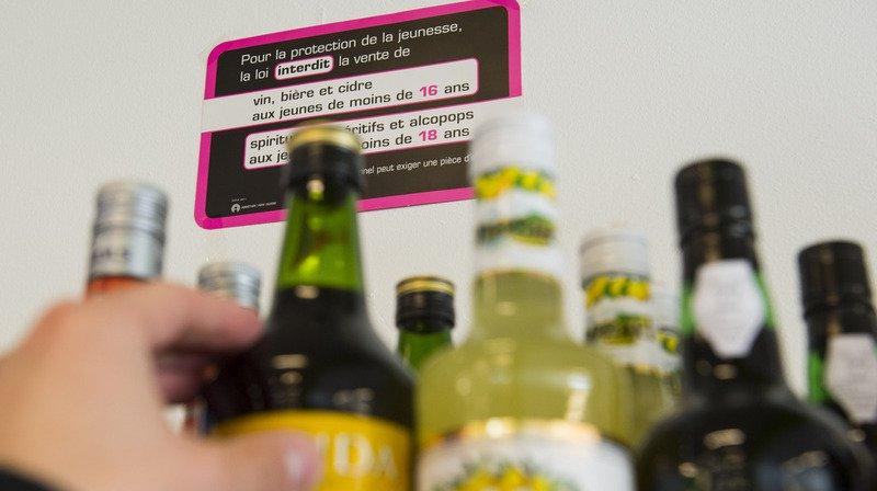 Les Suisses tendent à boire moins souvent de l'alcool, mais à en consommer occasionnellement de plus grandes quantités.