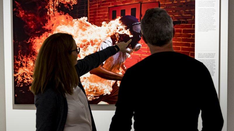 Des personnes regardent l'exposition World Press Photo, au Musée national suisse ce jeudi 8 novembre 2018 à Prangins.