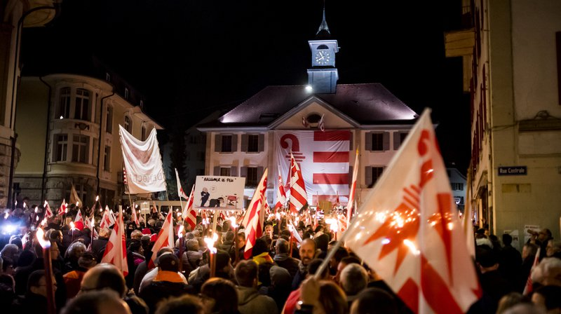 Entre 5000 et 10'000 personnes ont manifesté à Moutier (BE) pour dénoncer l'invalidation du vote de juin 2017 en faveur du rattachement au canton du Jura.