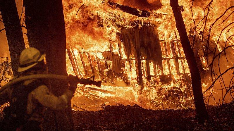 États-Unis: un violent incendie de forêt fait au moins cinq morts en Californie