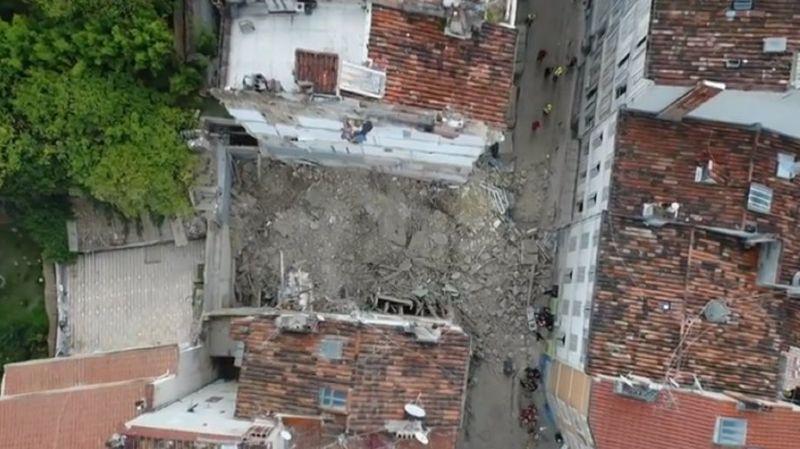 """Les secouristes craignent un """"effet dominos"""" car la rue d'Aubagne est en pente et les immeubles sont appuyés les uns contre les autres."""