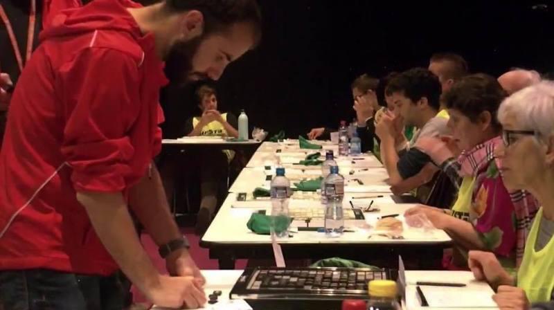 Hugo Delafontaine (en rouge), passait de table en table pour répliquer à ses adversaires, avec des lettres qu'il découvrait en direct.