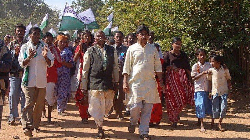 P.V. Rajagopal (habillé en blanc, au centre) défend un nouveau modèle de développement fondé sur l'éthique, la justice et le respect de l'environnement.