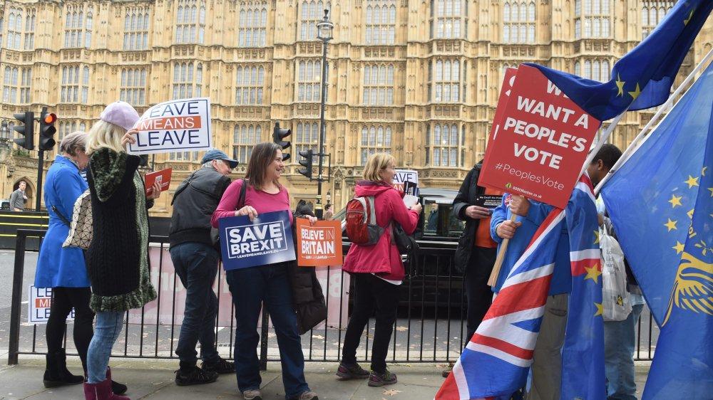 Pro- et anti-Brexit manifestaient, hier, devant le Parlement, à Londres.