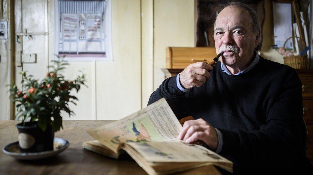 Jean-Luc Dépraz feuillette l'almanach de son arrière-grand-mère, point de départ de son récit.