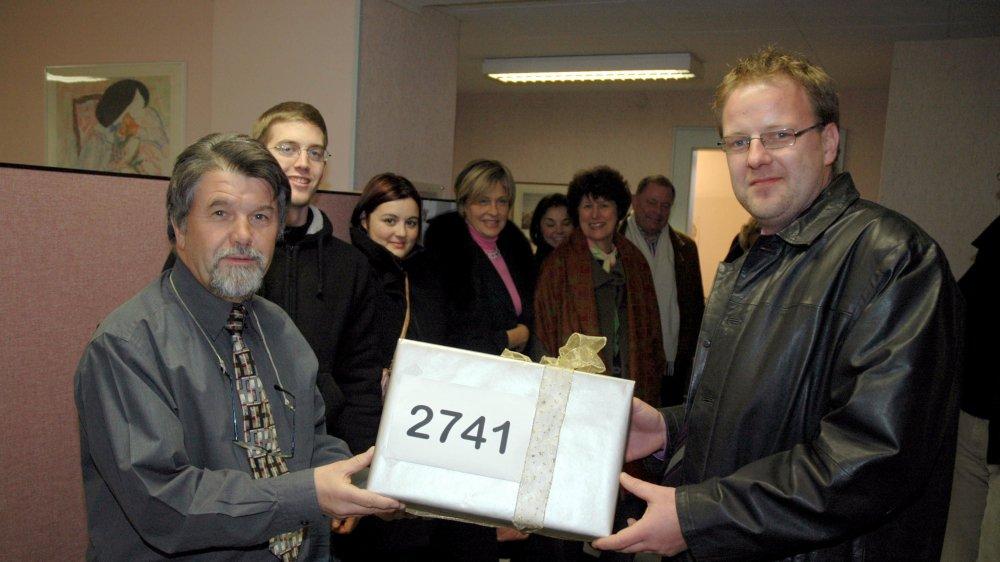 Le  20 decembre 2006, David Saugy (à droite) remettait les signatures collectées par le comité référendaire.
