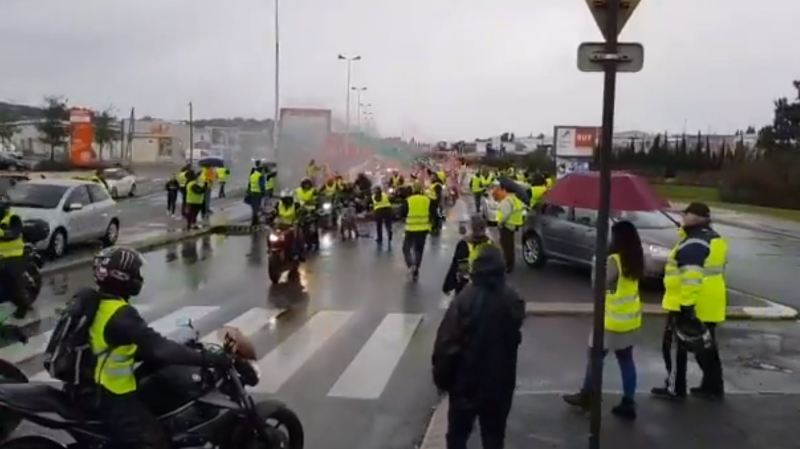 La conductrice qui emmenait sa fille chez le médecin a été prise de panique quand les manifestants se sont mis à taper sur sa voiture et a foncé sur eux. (illustration)