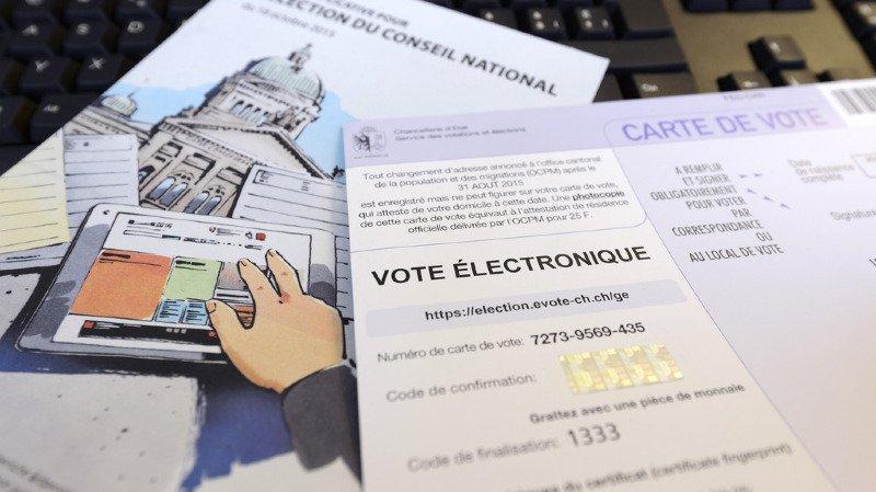 Du matériel de vote électronique et les bulletins pour l'élection au Conseil national et au Conseil des Etats du canton de Genève, photographié avant les élections fédérales 2015.