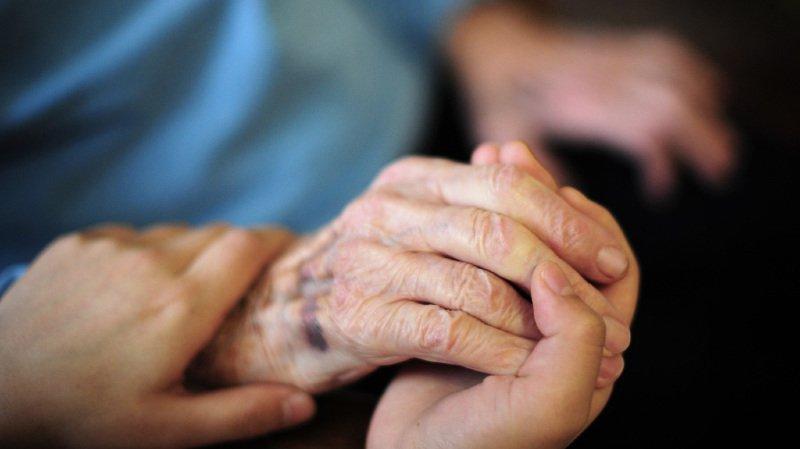 En 2017, près de 350'000 personnes, dont 73% âgées de 65 ans et plus, ont bénéficié de prestations des services d'aide et de soins à domicile. (illustration)