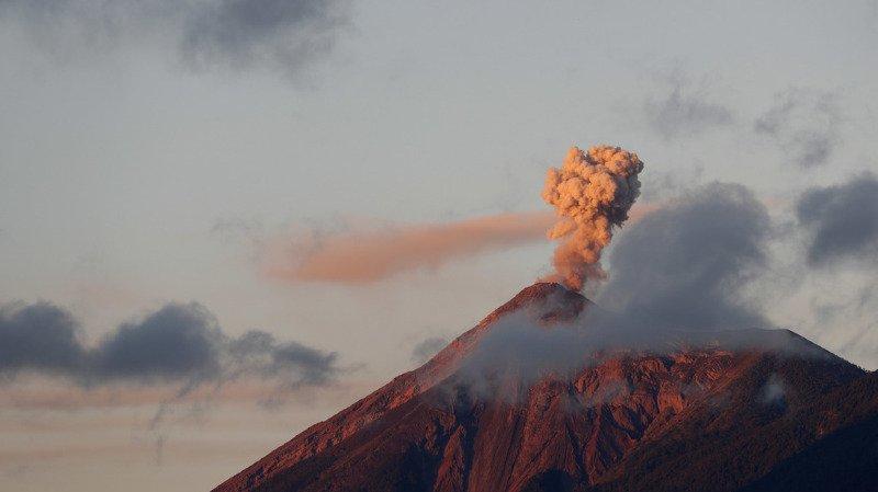 Le 3 juin, une coulée de lave dévalant du cratère avait détruit le village de San Miguel Los Lotes, faisant 194 morts et 234 disparus.