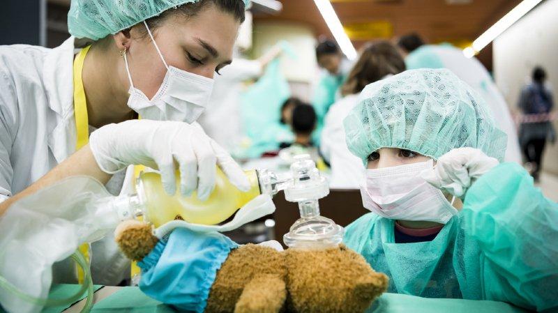 En fonction des bobos, les enfants ont pris part aux différentes activités de soins, comme opérer, faire un pansement, des sutures, une radiographie ou poser un plâtre, le tout de manière ludique.