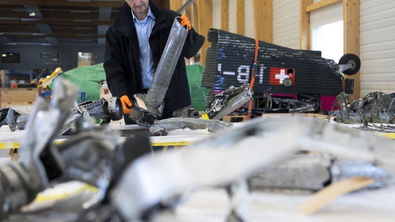 Des centaines de morceaux ont été amenés à la base aérienne de Payerne pour examen.