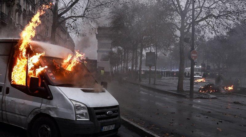 """Débordements lors de la mobilisation des """"gilets jaunes"""": l'instauration de l'état d'urgence évoquée"""