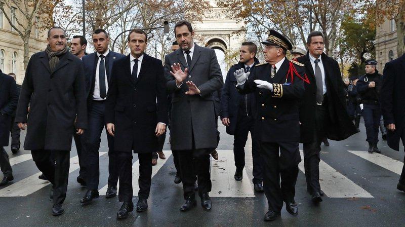 Débordements lors de la mobilisation des gilets jaunes: Emmanuel Macron constate les dégâts à Paris