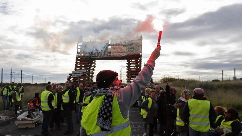 Gilets jaunes: le gouvernement français gèle la hausse des taxes sur les carburants
