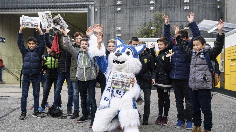 Mascotte du LS, Loupo a distribué «La Côte Hebdo» à la gare de Nyon