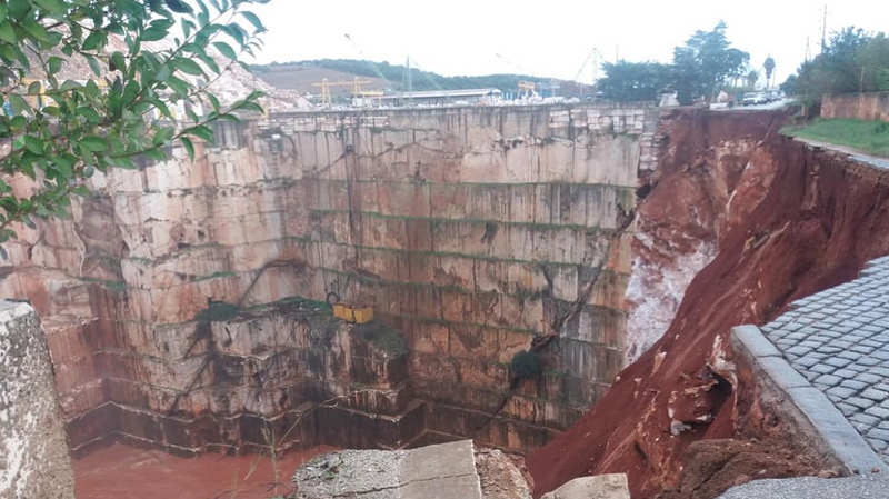 Un glissement de terrain au Portugal a détruit une partie de la route qui longeait des carrières de marbre et a entraîné la mort de deux personnes.