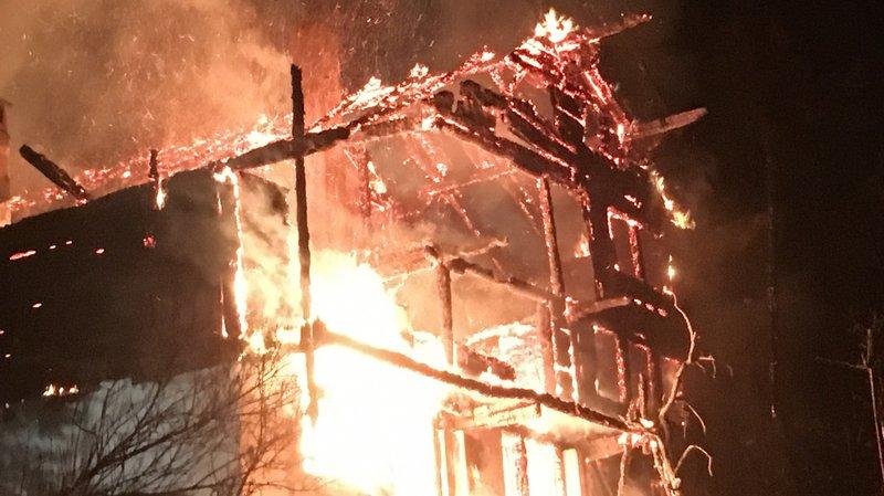 Un chalet en proie aux flammes a été entièrement détruit, dimanche aux Diablerets.
