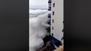 Tempête à Tenerife, aux Canaries: une vague arrache les balcons d'un immeuble