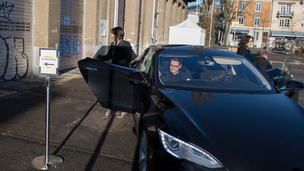 Hier, Doris Leuthard est arrivée en Tesla pour présenter la feuille de route en faveur de la voiture électrique...