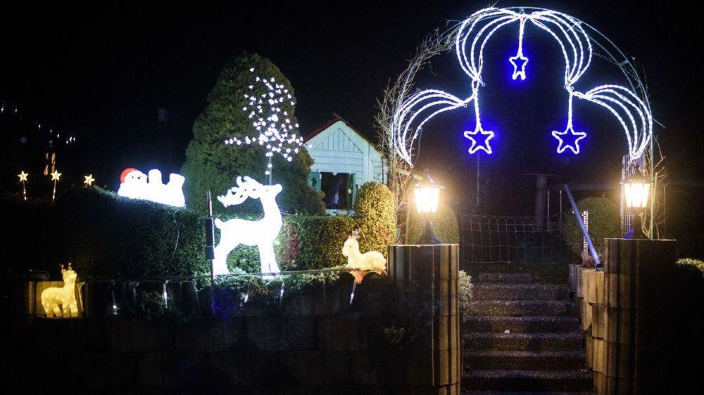 Pendant les fêtes, les maisons se parent de guirlandes et autre décorations lumineuses, mais leur quantité est-elle réglementée? (ndlr: ceci est une image d'illustration, l'installation n'est pas un des cas cités dans l'article).