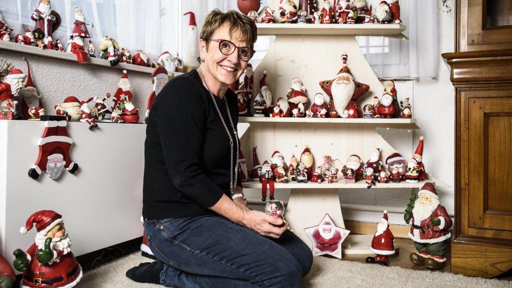 La collection de Chantal Kellerhals, d'Apples, compte des dizaines de pères Noël de toutes les tailles. Bien qu'elle préfère les plus petits qui prennent moins de place au plus volumineux, et apprécie la diversité des matières et des positions que les figurines prennent, Chantal Kellerhals les accueille tous avec plaisir. Il y en a même qui en cache d'autres. Ainsi deux jeux de poupées russes ont pris la forme rondouillette du bonhomme rouge et blanc à la longue barbe. Cependant, ceux qui connaissent Chantal Kellerhals savent qu'elle ne déploiera pas l'une des deux poupées russes, puisque le deuxième papa Noël ne revêt déjà plus un manteau rouge et blanc. Un sacrilège pour cette discrète future grand-maman. Le concerné est en haut à droite sur le sapin-présentoir en bois.