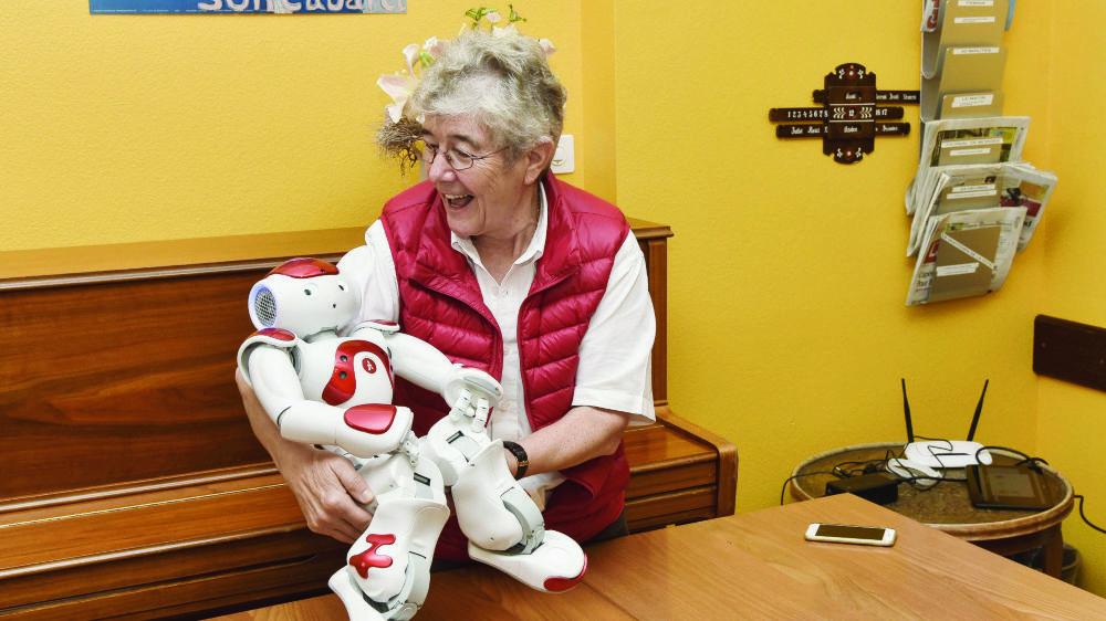 Personnalité engagée et enthousiaste, Danièle Bonhomme a dirigé durant plus de trois décennies l'EMS dont elle rêvait au centre ville. Son envie constante d'innover l'a incitée à intégrer les technologies du futur dans l'univers des personnes âgées. Ici le robot Zora.