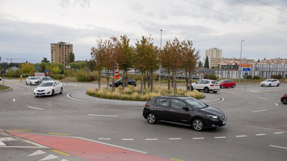 En venant de la route de la Gravette pour monter sur la route Blanche (comme le véhicule clair à gauche), on sent particulièrement bien les ondulations de la chaussée.