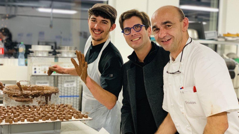 Le docteur Pierre Fournier entre un apprenti et le chocolatier Tristan dans le laboratoire de ce dernier.
