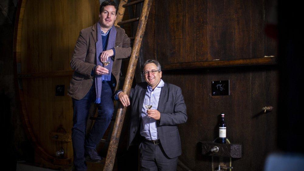 Sur l'échelle, François Schenk, descendant des fondateurs du groupe vinicole savoure un premier grand cru issu du fleuron de la maison Schenk, le Château de Châtagneréaz avec André Fuchs, directeur des activités en Suisse.