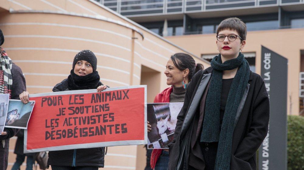 Elisa Keller (à droite), une des deux prévenues, a été soutenue par des antispécistes, membres de 269 Life Liberation Animale Suisse.
