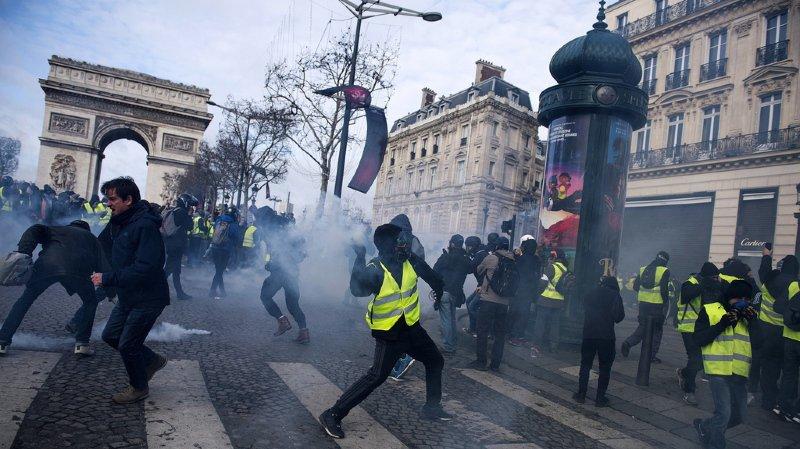 """""""Gilets jaunes"""": la tension monte à Paris, plus de 50 blessés"""