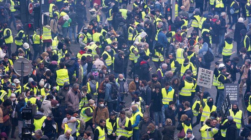Selon The Times, plusieurs centaines de comptes liés à la Russie ont cherché, via les réseaux sociaux, à amplifier les manifestations des Gilets jaunes. Le Kremlin a démenti toute ingérence lundi.
