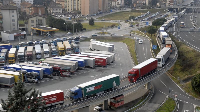 Alors que l'UE vient de voter une réduction massive des émissions de CO2 des camions, la Suisse n'en parle pas dans sa nouvelle loi débattue au Parlement (illustration).