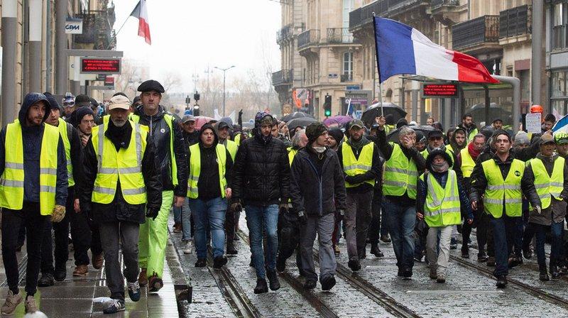"""Les mesures d'urgence du gouvernement français entendent répondre à la crise des """"gilets jaunes""""."""