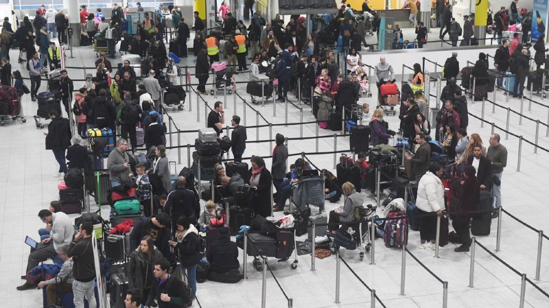 L'aéroport de Londres-Gatwick est totalement paralysé depuis mercredi, après avoir été survolé par des drones. 110'000 passagers sont affectés.