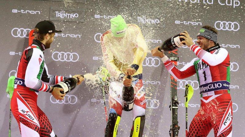 Moins rapide à l'ouverture du champagne que sur la piste, Daniel Yule a eu droit à une belle douche.