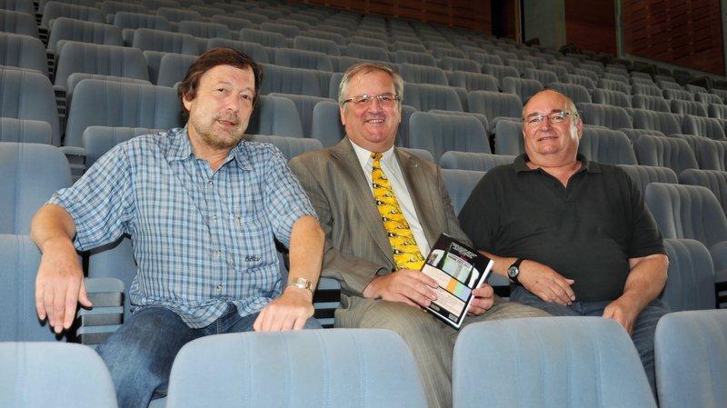 Jean-Pierre Deriaz (au centre), Bertrand Favre (à g.) et Jacques Crevoiserat (à dr.): les membres du CATS posaient dans le théâtre de Coppet, ici en 2011.