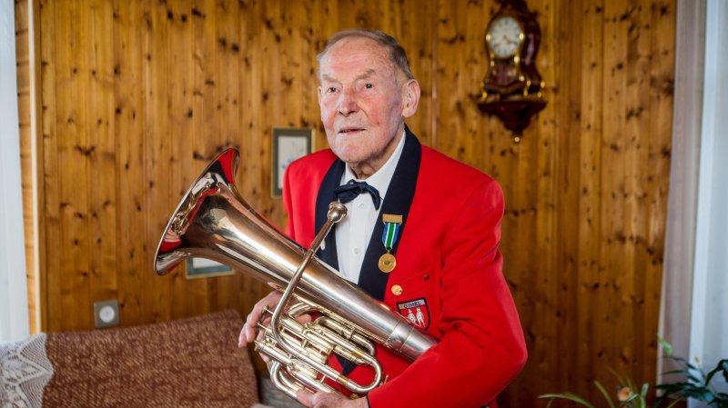 Emile Roulet joue du baryton dans la fanfare de Gimel, dont il est un des piliers depuis 75 ans.